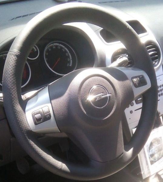 Кожаная оплетка на руль с кнопками Опель Корса Д