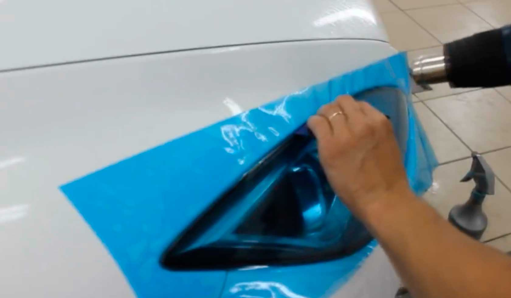 Как приклеить пленку на автомобиль своими руками 19